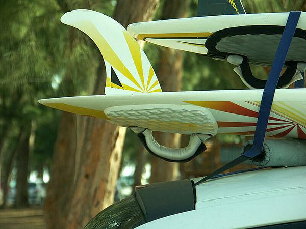 location de voiture avec porte planche de surf   syst u00e8me de transport sans barre de toit pour