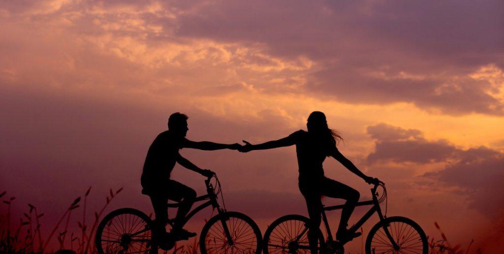 couple en vélo lors d'un coucher de soleil